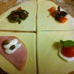 Antipasti e stuzzichini di pasta sfoglia,Cornetti salati ripieni e cucchiai con gorgonzola e noci
