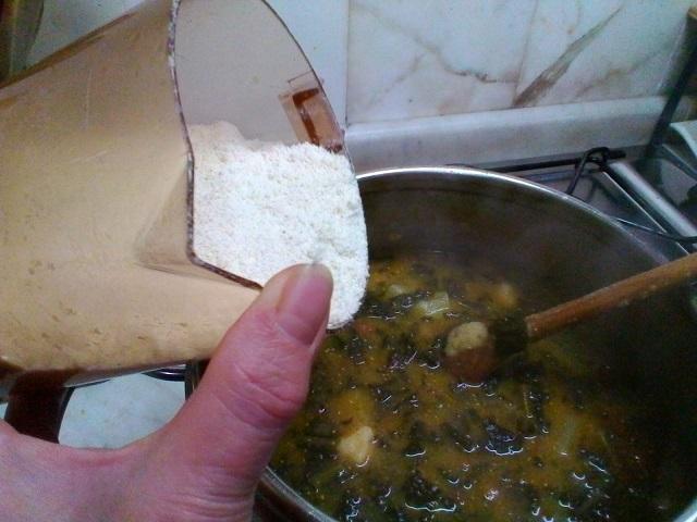 La-polenta-incatenata-con-polenta-bianca-e-brodo-di-cavolo-nero-e-fagioli-rossi-7